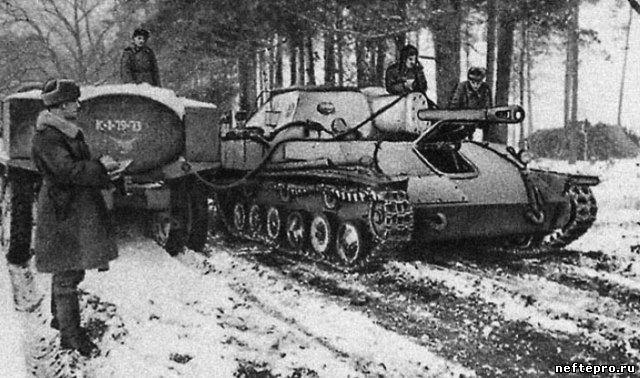 САУ СУ-76 на заправке. 1-й Белорусский фронт, 1944 г.