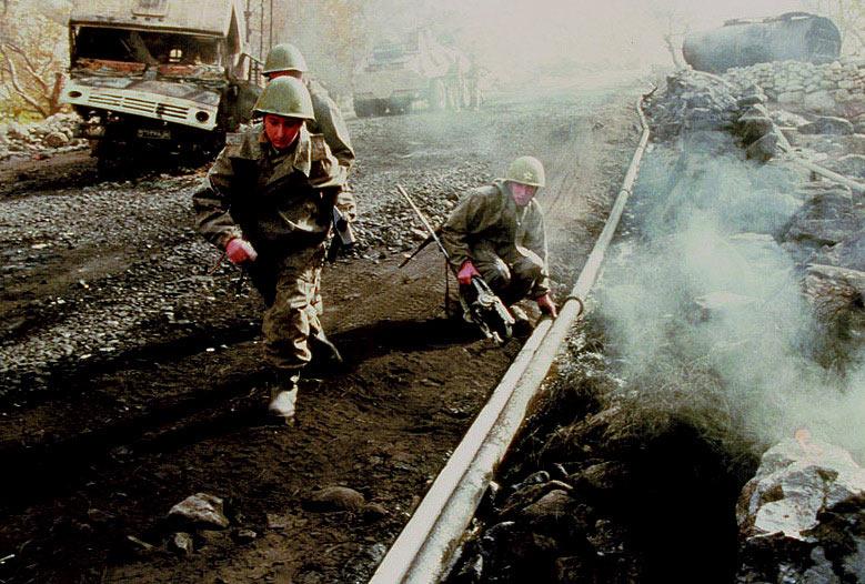 Ремонт бензопровода солдатами службы горючего, афганистан, 1985 год